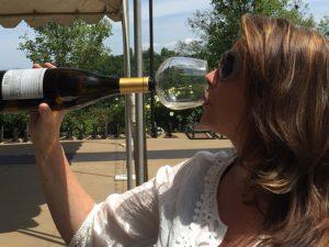 Guzzle Buddy verwandelt Ihre Weinflasche in ein Weinglas